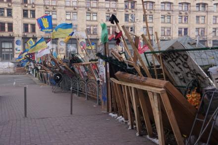 Ein barrikade sperrar gata under opprøret i Kiev.