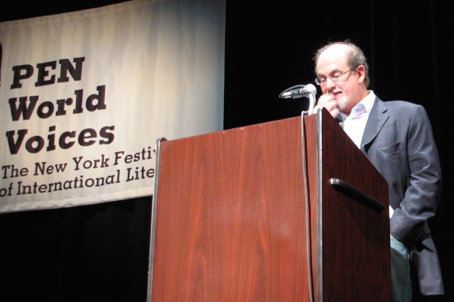 Den indiske forfatteren Salman Rushdie på talerstolen i New York.