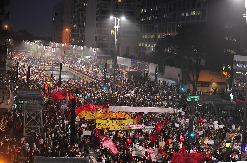 Et folkehav av demonstranter beveger seg nedover Avenida Paulista i São Paulo, Brasil i 2013.